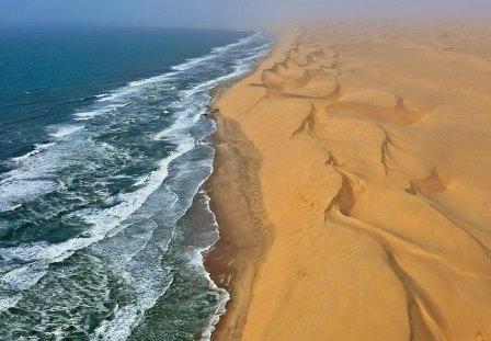 Отрезки пляжей чередуются с высокими абразионными уступами